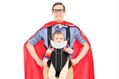Męski bohater niesie jego dziecko córki Zdjęcia Stock