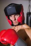 Męski bokser w defensywnej postawie w zdrowie klubie Obrazy Stock