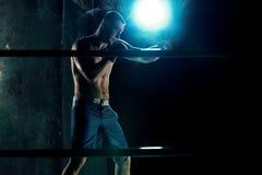 Męski boksera boks w ciemnym studiu Obraz Stock