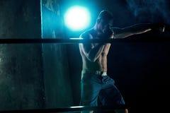 Męski boksera boks w ciemnym studiu Zdjęcia Stock
