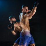 Męski boksera boks w ciemnym studiu Zdjęcie Royalty Free