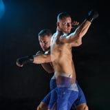 Męski boksera boks w ciemnym studiu Obrazy Royalty Free