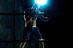 Męski boksera boks w ciemnym studiu Fotografia Stock