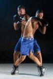 Męski boksera boks w ciemnym studiu Zdjęcia Royalty Free