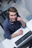 Męski centrum telefoniczne operator robi jego akcydensowemu odgórnemu widokowi Fotografia Royalty Free