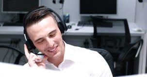 Męski centrum telefoniczne operator robi jego pracie Zdjęcie Royalty Free