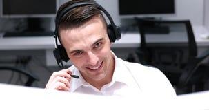 Męski centrum telefoniczne operator robi jego pracie Zdjęcia Stock
