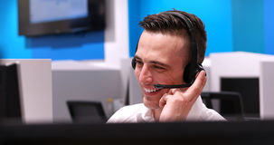 Męski centrum telefoniczne operator robi jego pracie Fotografia Stock