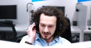 Męski centrum telefoniczne operator robi jego pracie Zdjęcia Royalty Free
