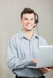 Męski centrum telefoniczne pracownik Z laptopem Zdjęcie Stock