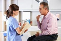 Męski Cierpliwy Odwiedza lekarki biuro Zdjęcie Royalty Free