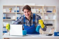 Męski cleaner pracuje w biurze Zdjęcia Royalty Free