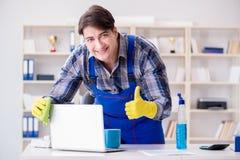Męski cleaner pracuje w biurze Fotografia Stock