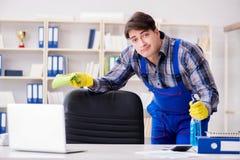 Męski cleaner pracuje w biurze Zdjęcie Royalty Free