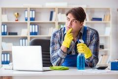 Męski cleaner pracuje w biurze Obrazy Royalty Free