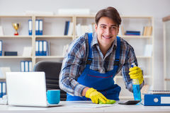 Męski cleaner pracuje w biurze Fotografia Royalty Free