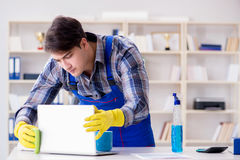 Męski cleaner pracuje w biurze Obraz Royalty Free