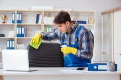Męski cleaner pracuje w biurze Zdjęcie Stock