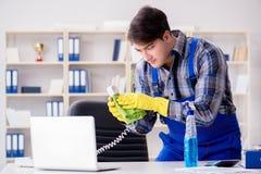 Męski cleaner pracuje w biurze Obraz Stock
