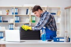 Męski cleaner pracuje w biurze Zdjęcia Stock