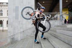 Męski cyklista Z bicyklem Na Jego Naramiennym odprowadzeniu Obraz Royalty Free