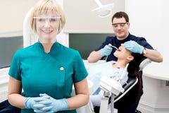 Męski dentysta fundy pacjent w klinice Fotografia Stock