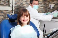 Męski dentysta i potomstwa cierpliwi Fotografia Royalty Free