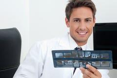 Męski dentysty mienia promieniowania rentgenowskiego raport Obraz Stock