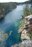 Męski doskakiwanie z falezy w podkowy jezioro Obraz Stock