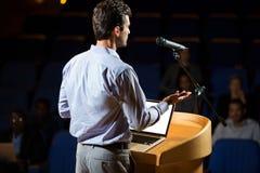 Męski dyrektor wykonawczy daje mowie Fotografia Stock