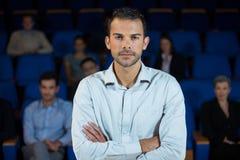 Męski dyrektor wykonawczy przy centrum konferencyjnym Zdjęcia Royalty Free