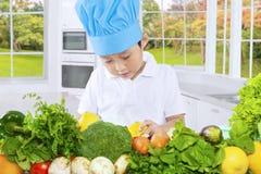 Męski dziecko przygotowywa zdrowych warzywa Obrazy Stock