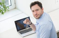 Męski freelancer w biurze Zdjęcie Royalty Free