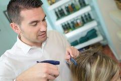 Męski fryzjer z klientem w fryzjerstwo salonie Zdjęcia Royalty Free