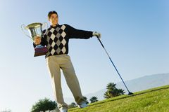 Męski golfisty mienia trofeum Fotografia Royalty Free