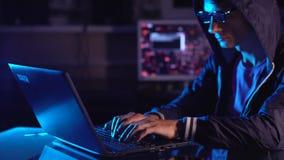 M?ski hacker ?wi?tuje sukces z r?ka gestem Pomy?lna pr?ba przy systemu sieka? i dane kradzie?? zbiory