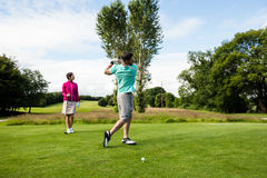 Męski instruktor pomaga kobiety w uczenie golfie Fotografia Royalty Free