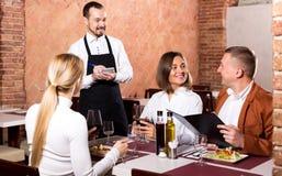 Męski kelner pisze puszka rozkazie Zdjęcie Stock