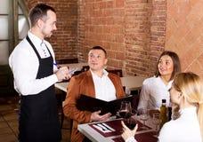 Męski kelner pisze puszka rozkazie Fotografia Royalty Free