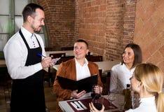 Męski kelner pisze puszka rozkazie Obrazy Royalty Free