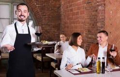 Męski kelner w kraj restauraci Fotografia Royalty Free