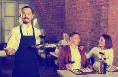 Męski kelner w kraj restauraci Fotografia Stock