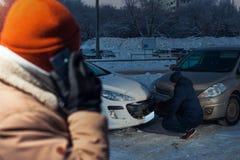 Męski kierowca opowiada na telefonie po kraksy samochodowej Fotografia Stock