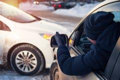 Męski kierowca w kraksie samochodowej na miasto drodze Obraz Stock