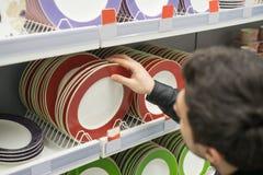 Męski klient wybiera crockery talerze Obraz Royalty Free