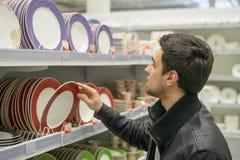 Męski klient wybiera crockery talerze Obraz Stock