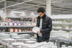 Męski klient wybiera dinnerware talerze Zdjęcie Royalty Free