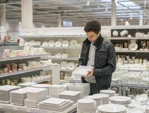 Męski klient wybiera naczynia Obraz Stock