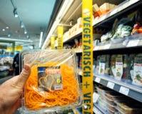Męski klienta punktu widzenia kupienia weganin i jarosza jedzenie Obraz Stock