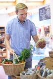Męski klienta zakupy W gospodarstwo rolne sklepie Zdjęcia Royalty Free